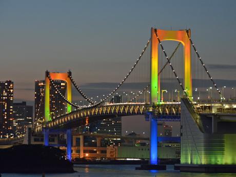 レインボーブリッジを虹色に特別ライアップ